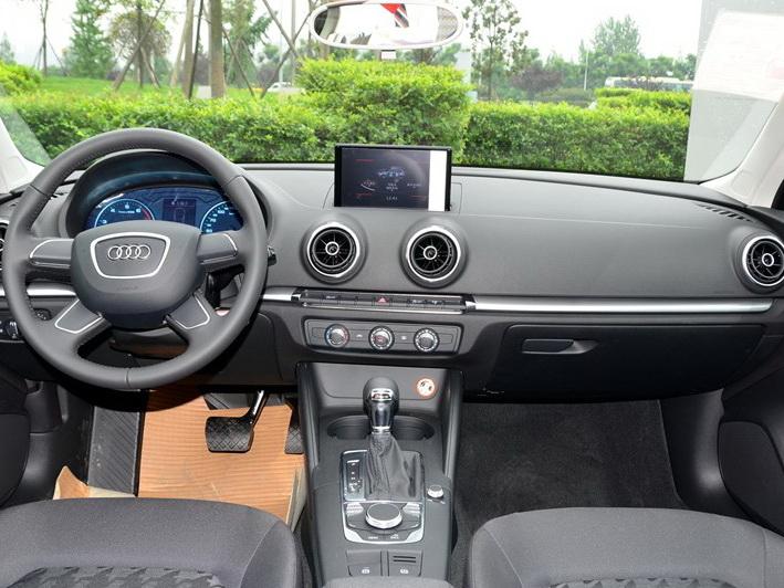 奥迪A3 2014款 Sportback 35 TFSI 进取型中控方向盘图片