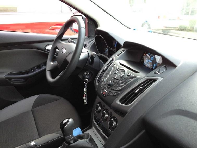 福克斯 2012款 三厢 1.6L MT舒适型中控方向盘图片