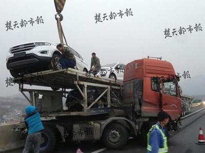 轿运车撞桥墩40万轿车掉下桥 没买保险