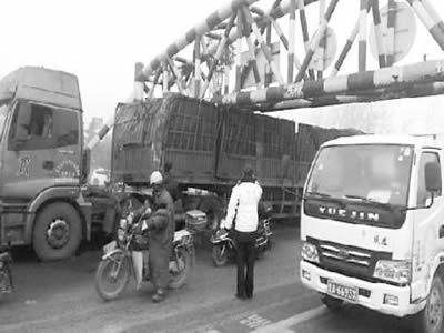 疲劳驾驶走了神 拉煤大货车被卡限高杆