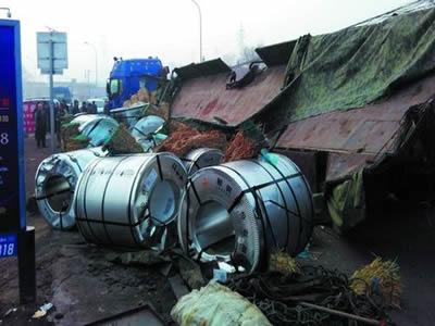 挂车相撞滚落七十吨钢卷 车主承认超载