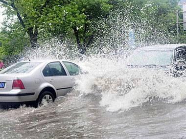 暴雨突袭致车祸连连 雨天行车常识你了解多少?