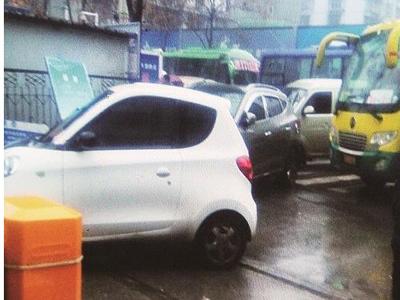 男子欲开车进站被阻后弃车 堵瘫客运站50分钟