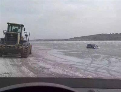 越野车掉入颐和园野湖冰窟 救援铲车也沦陷