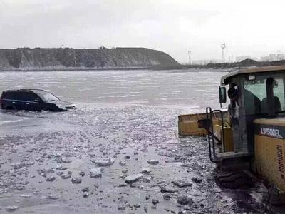 冬日冰面很危险 运粮车走冰面掉入江中
