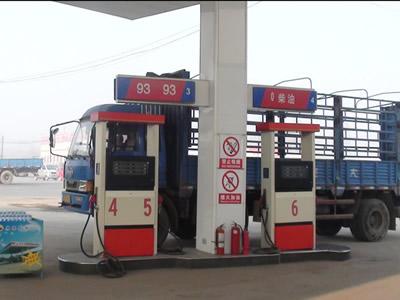 货车半路没油 司机从加油站拎油被处罚