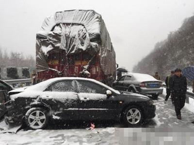 随州市大雪纷飞高速路多车相撞
