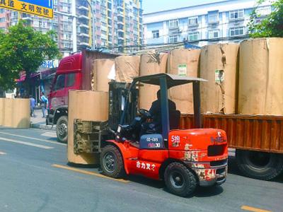 好心司机独自推开高速路上掉落一吨多重的纸筒