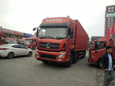 售价32.2万元 天龙8X4厢式载货交车仪式
