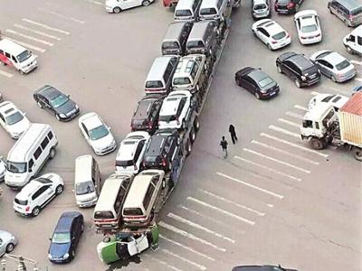 超长版轿运车在城市道路横扫的士哥