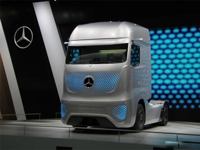 英国无人驾驶测试 10辆卡车组队高速