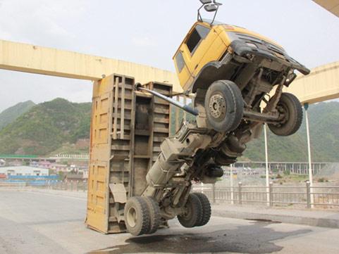 """卡车行驶中未收翻斗 车厢被卡成""""变形金刚"""""""