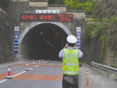 京昆高速危险地带再酿车祸 司机无证驾驶取下刹车片
