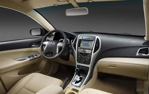 新车的中控台区域采用新的布局,并在边缘加入了银色装饰,增加了立体感。大尺寸液晶屏的加入不仅提升了车内的档次,它更集中了信息给驾驶者提供便利性。该车的挡把采用钢琴烤漆材质,底座采用镀铬装饰周围,提升了档次。 新F3增加了多项科技配置。其多媒体系统带有车载蓝牙、车载电视、倒车影像等功能。此外,还配有NAVI语音电子导航系统,该系统可以实现百度式模糊搜索、周边检索、智能规划路径等功能,使用起来很方便、人性化。