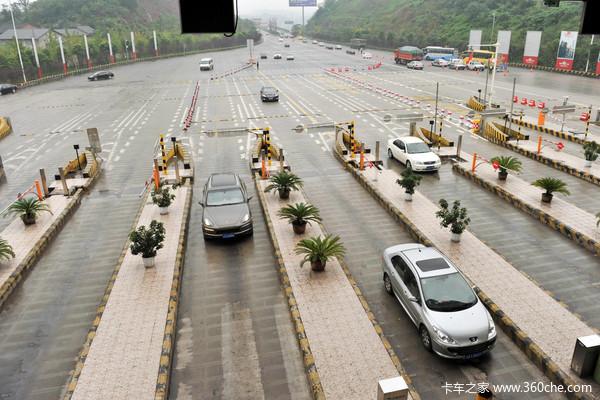 克拉玛依至塔城高速公路26个收费站开始收车辆通行费