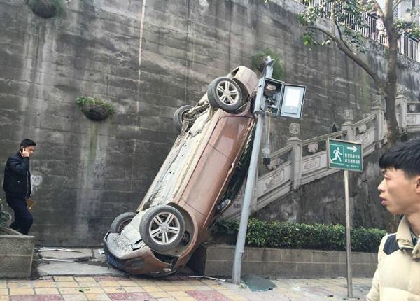 女司机错挂倒档,坠下4米高堡坎