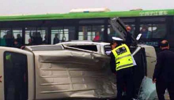 武汉长江大桥一辆面包车突然升空飞舞