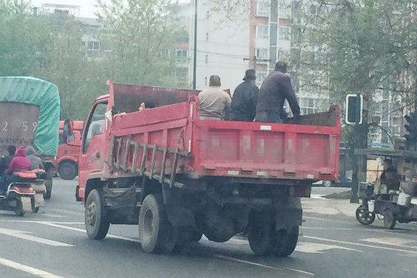 这不是滴滴专车 成都市区惊现货车载人
