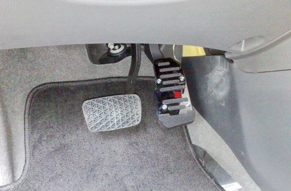 开自动挡车,为什么不能左脚刹车 右脚油门