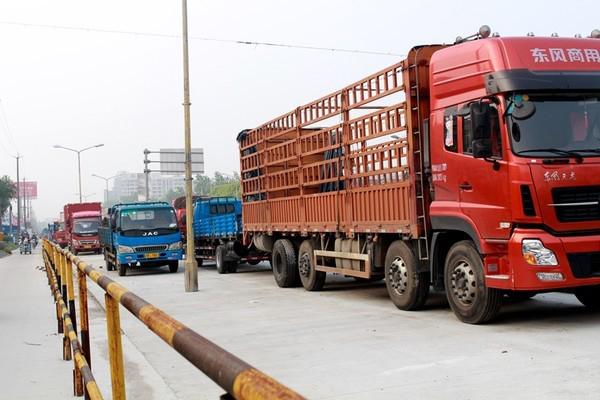 5月17日上海市公安局相关负责人向市人大介绍了上海市道路交通管理条例修订有关情况。 在此次修订草案中提出,对驾驶员在一个记分周期内出现一定次数的乱停车、乱变道、乱占道等述违法行为的,暂扣驾驶证;对违法逾期不处理达到一定次数的,分情形暂扣驾驶证或行驶证,限制驾驶人驾驶资格、限制车辆上路行驶;对机动车1年内出现一定次数违法且由其他驾驶人接受处罚的,暂扣车辆行驶证。 目前,条例修订草案初稿已经形成,根据计划,法规草案将于2016年6月中旬完成预转正程序,力争于2016年7月上海市人大常委会会议进行一审。  编后