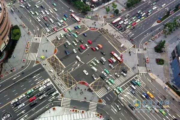其实?#27492;?#31616;单安全的高速公路,也是危机四伏。这主要是因为在高速公路上,一些简单的事故速度一上来也就危险了。在高速公路?#38386;諧的?#35201;特别注意几个危险路段,因为接近90%的事故都会发生在这里。 1.高速公路匝道口,不管出口还是入口 高速公路匝道口 主要集中在高速公路临近匝道口500米左右的路段内。很多新手平时很少上高速,以至于临近目的地时搞不清楚从哪个出口下高速,往往在出口匝道附近突然减速,甚至停车、倒车。如果你闪避不及又有后车追尾上来,那分分钟就是致命的车祸。 除了匝道出口,在高速公路的匝道入口也危机四伏,一些车