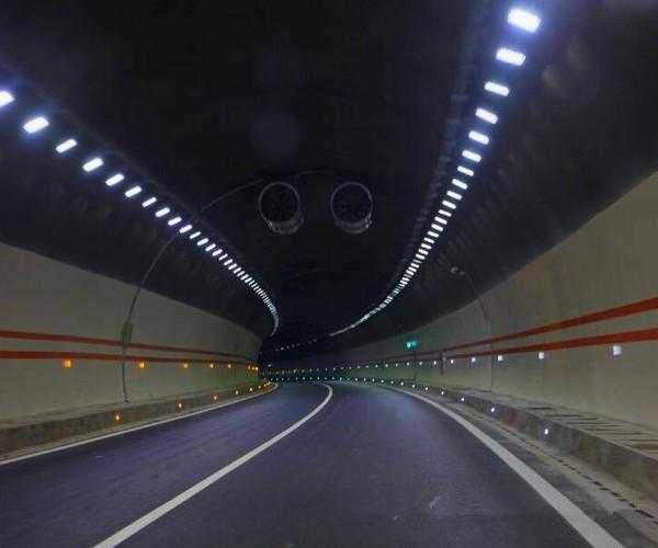白天驾驶员从隧道外驶进隧道内,由于隧道内外的亮度差极大,司机进入隧道后由于人眼是觉的滞后性作用,立即会产生视觉上的盲区。因此,在隧道入口处要设置缓和照明段。无论是白天还是黑天,隧道内的道路环境及对行车视觉产生的影响都不同于一般路段。因为隧道内汽车行驶时排除的尾气几乎是无法消散的,极多以后就会形成较大的烟雾团,烟雾团除了会吸收车灯光照,使能见度降低外,还会使光线的传播发生散射的作用,从而降低道路前方障碍物及周围环境(如路面和墙壁)光度,使驾驶员识别前方障碍物的视觉能力下降。照明出口的设置,在驾驶员快到出口